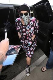 Kesha se viste raro: ¿de delincuente o en pijama?