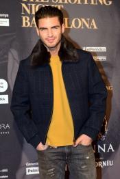 El chico de los ojos bonitos, Maxi Iglesias, con un jersey muy amarillo