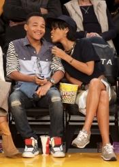 Rihanna juguetea con un amigo durante un partido de la NBA
