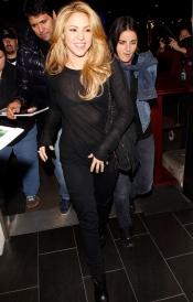 Shakira y su look más 'gótico' en el aeropuerto de Los Ángeles.