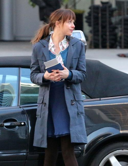 Dakota Johnson luce a la perfección el look de niña buena de Anastasia Steele