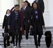 La familia Obama dando un paseo a sus perros