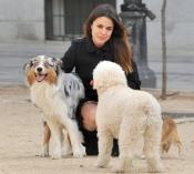 La actriz Adriana Ugarte es feliz junto a sus mascotas en el parque