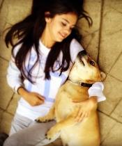 Selena Gomez disfruta con los animales, sobre todo con su perro