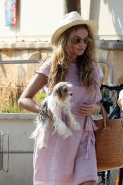 Paulina Rubio intenta no separarse nunca de su perro