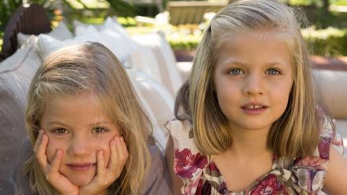 Para continuar con la alternancia en 2012 de nuevo sólo estuvieron presentes Leonor y Sofía en la felicitación