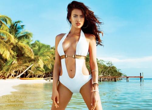 El brutal escote de Irina Shayk: una diosa para Beach Bunny