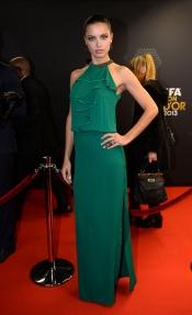 Adriana Lima acertó de pleno con su look para la gala del Balón de Oro