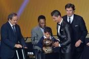 Cristiano Ronaldo y su hijo Cristiano JR recogen el Balón de Oro