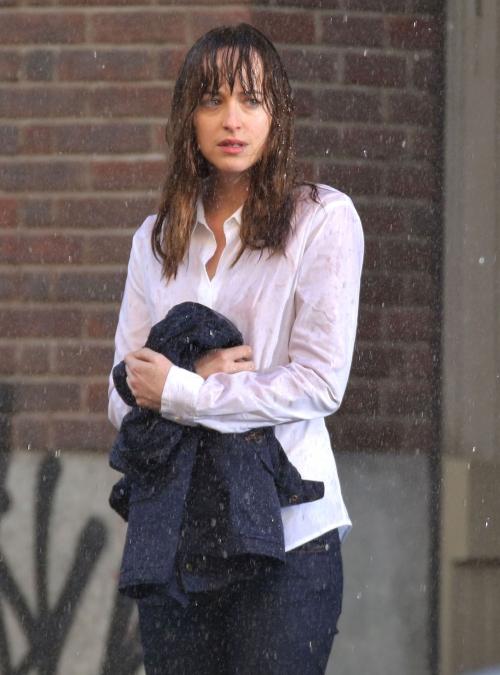 Dakota Johnson sufre la lluvia en el rodaje de 50 sombras de Grey