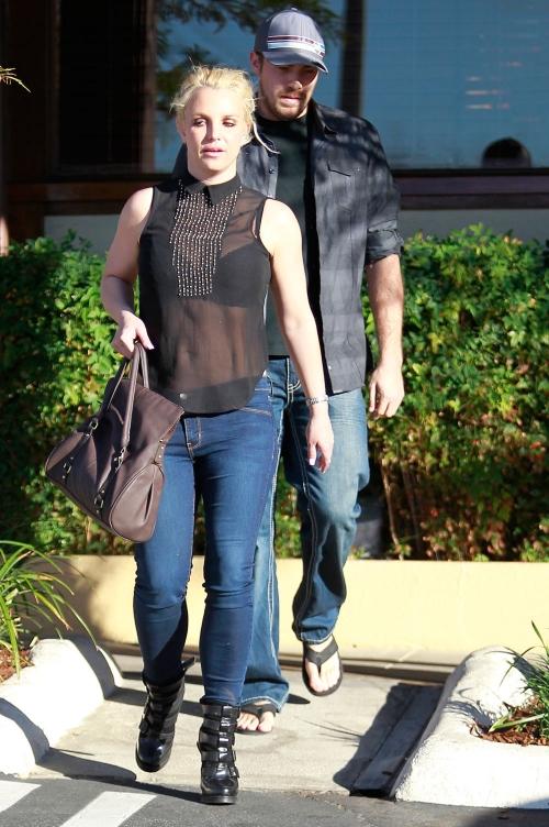 Britney Spears luce un atrevido look con transparencias pero no cambia su cara de zombi