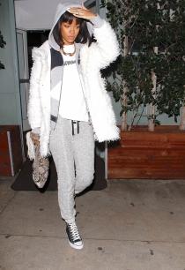 Rihanna nos enseña a combinar abrigo de piel y chándal