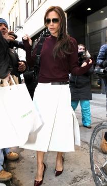 Victoria Beckham, con su look más clásico pero elegante