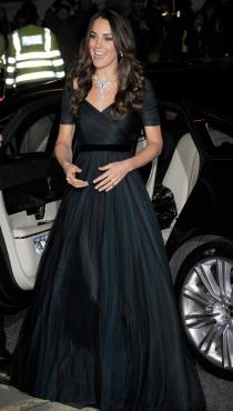 Kate Middleton presumió de un colgante que ya lució la reina Isabel II