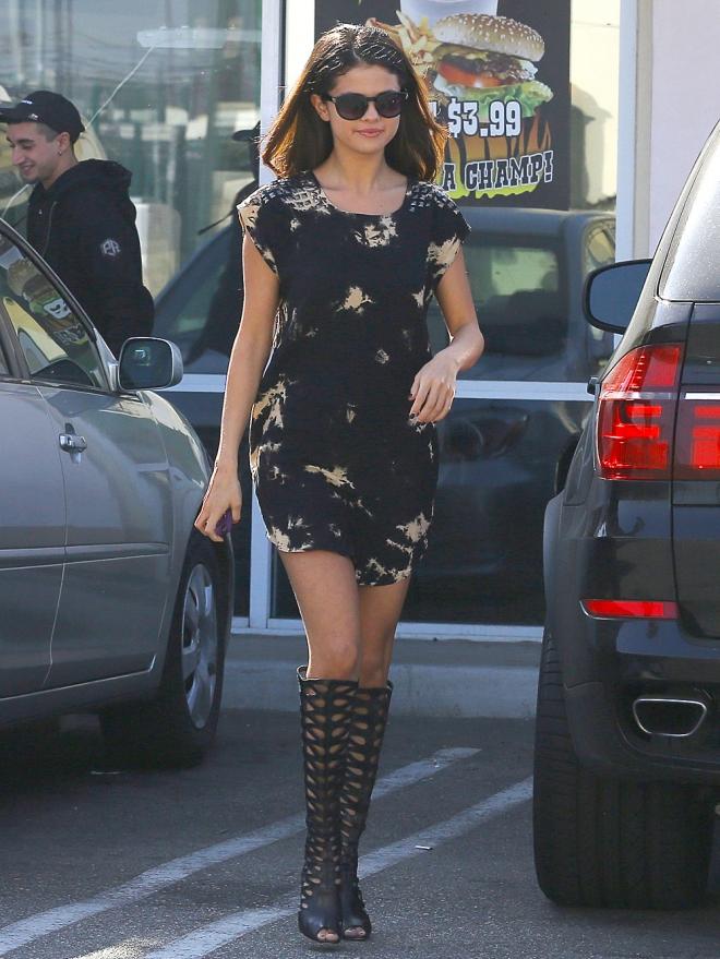Selena Gomez, muy sexy con su vestido corto y sus botas 'romanas'