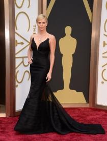 Charlize Theron, en la alfombra roja de los Oscars 2014