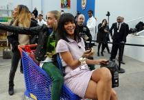 Rihana se divierte junto a Cara Delevingne en el desfile de Chanel