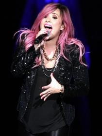 Demi Lovato se tiñe de rosa fucsia