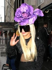 Lady Gaga se queda sin cara con estas gafas de sol