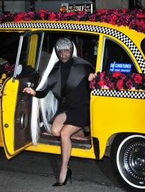 Lady Gaga, de negro y rodeada de rosas rojas en un taxi neoyorquino