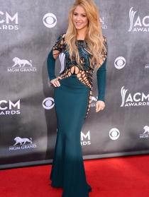 Shakira, posando con un exuberante vestido verde esperanza