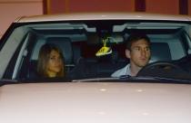 Leo Messi y Antonella Roccuzzo salen del cumpleaños de Cesc Fábregas