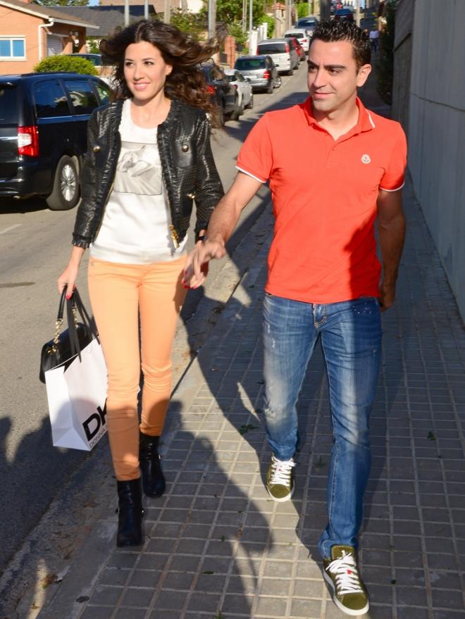 Xavi, centrocampista del Fútbol Club Barcelona, y su mujer Nuria Cunillera