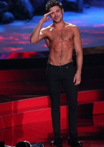 Zac Efron, luciendo torso desnudo en los MTV Movie Awards 2014