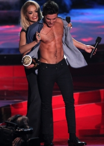 Rita Ora desnuda a Zac Efron en los Premios MTV Movie Awards 2014