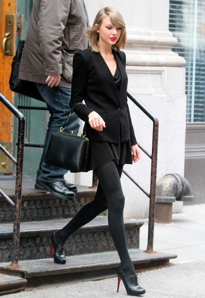 Taylor Swift, su look total black en primavera