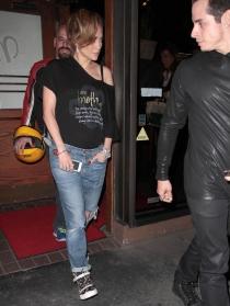 Jennifer Lopez, camiseta por dentro de los vaqueros, ¡qué horror!