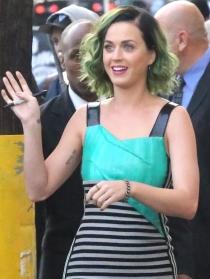 Katy Perry, pelo verde y cara de susto al firmar autógrafos