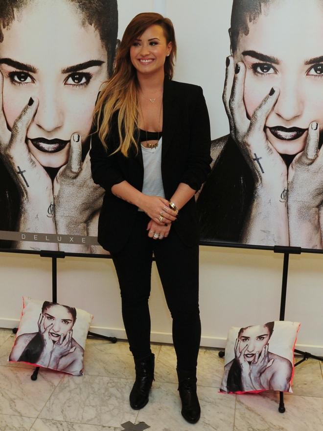 Demi Lovato, irreconocible con un traje sencillo y formal