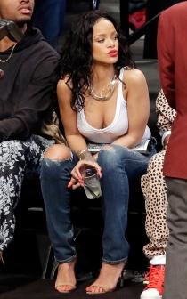 Rihanna y su escotazo en un partido de baloncesto