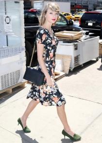 Taylor Swift y su vestido inundado de flores
