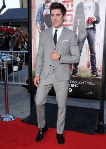 Zac Efron, muy elegante con traje gris y corbata negra