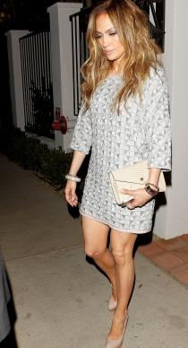Jennifer Lopez, muy elegante con un sencillo vestido para ir de cena