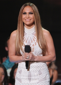 Jennifer Lopez, de blanco en los iHeart Radio Music Awards 2014