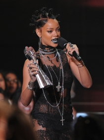 Rihanna, la orgullosa triunfadora de los iHeart Radio Music Awards 2014