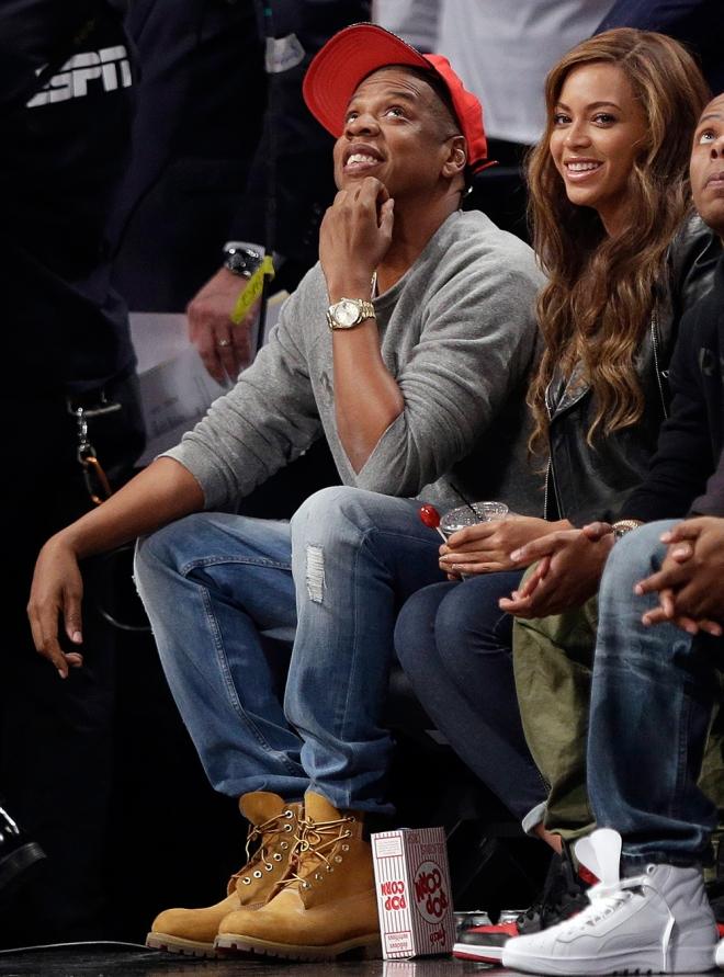Beyoncé, muy sonriente con Jay-Z disfrutando de la NBA