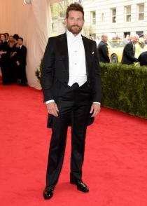 Bradley Cooper, todo un galán en la alfombra roja de los MET 2014