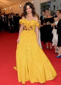 Katie Holmes, horrible con su vestido amarillo en la Gala MET 2014