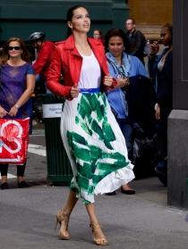 Adriana Lima, muy cool con un look tremendamente alegre