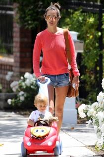 Alessandra Ambrosio, una mamá muy elegante conduciendo con su hijo