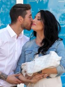 Pilar Rubio y Sergio Ramos, radiantes de felicidad con su hijo