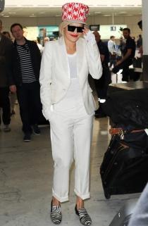Rita Ora aterrizó en Cannes con unos ridículos zapatos y un ridículo gorro