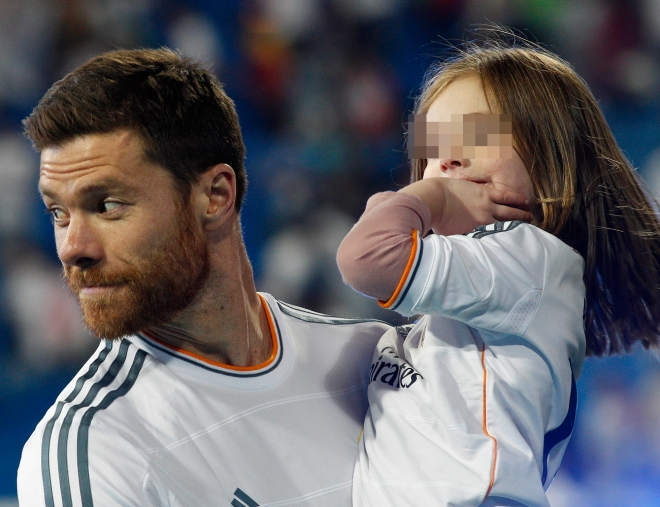 Xabi Alonso paseó orgulloso a una de sus hijas por el Santiago Bernabéu