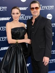 Angelina Jolie y Brad Pitt posan en la presentación de Maléfica