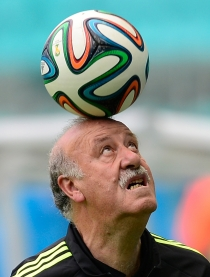 Vicente del Bosque realiza malabarismos con el balón
