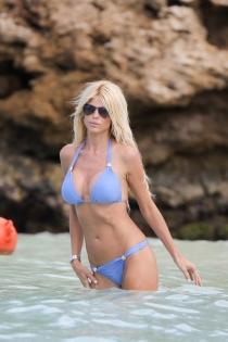 La modelo Victoria Silvstedt bañándose en la playa